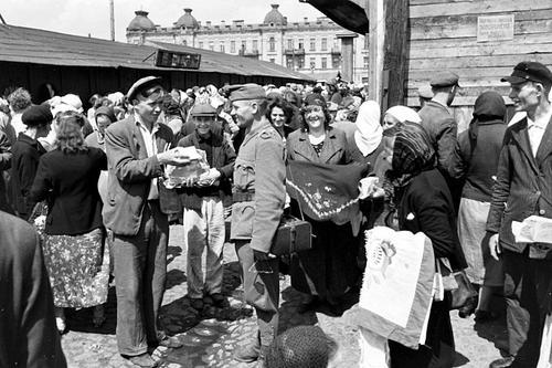 Венгерский солдат на Еврейском базаре в Киеве. Июль 1942 г.