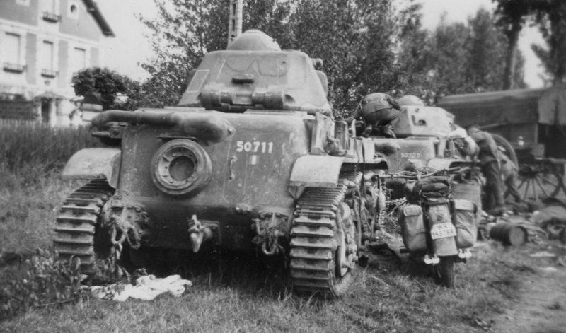 Два брошенных французских легких танка Renault R35. Июнь 1940 г.