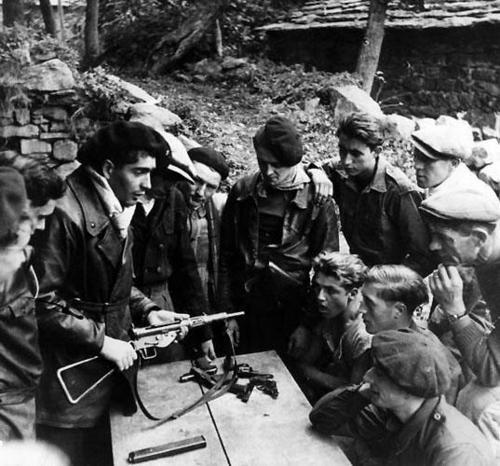 Члены французского Сопротивления изучают английский пистолет-пулемет Стен II. 1942 г.