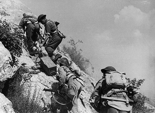 Польские солдаты несут боеприпасы на Монте-Кассино. Февраль 1944 г.