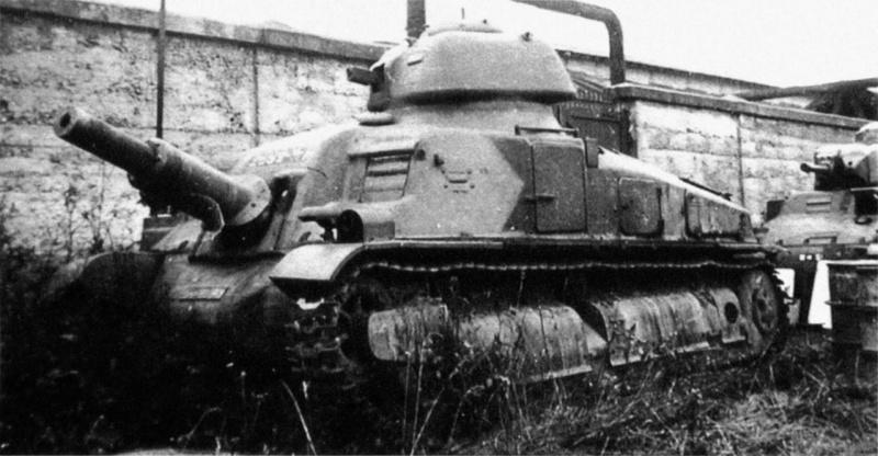 Брошенная экспериментальная французская САУ SAu 40. 1940 г.
