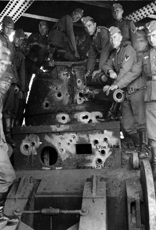 Расстрелянный немецкой артиллерией французский сверхтяжелый танк «Char 2C» 1940 г.