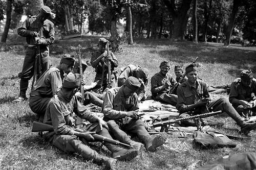 Венгерские солдаты чистят оружие на Донском фронте. Август 1942 г.