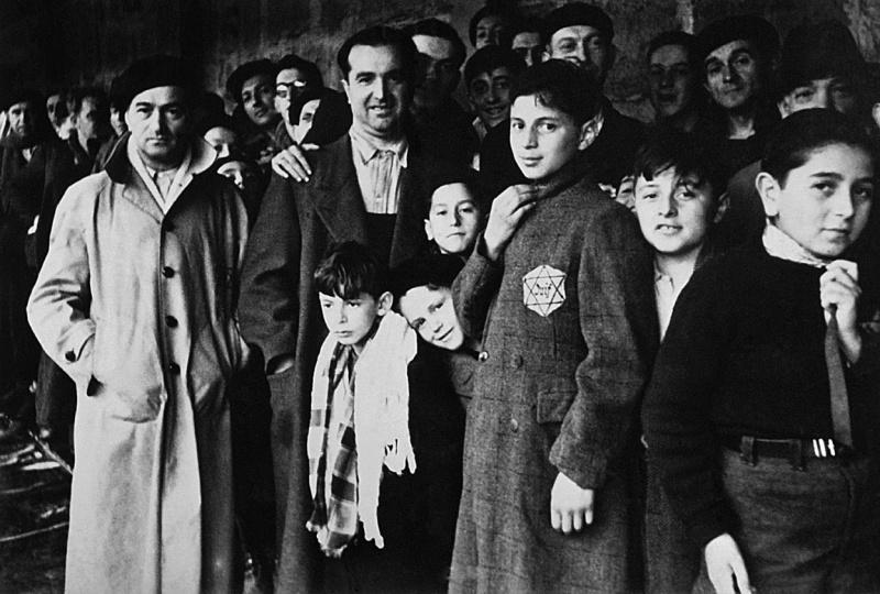 Французские евреи в транзитном лагере Дранси, перед отправкой в концлагерь. 1942 г.