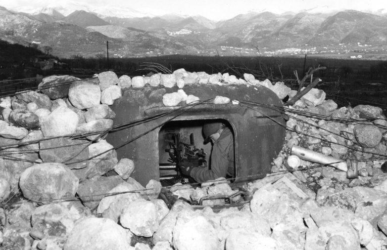 Американский солдат в захваченном немецком ДОТе на линии «Густав» в Италии. Февраль 1944 г.