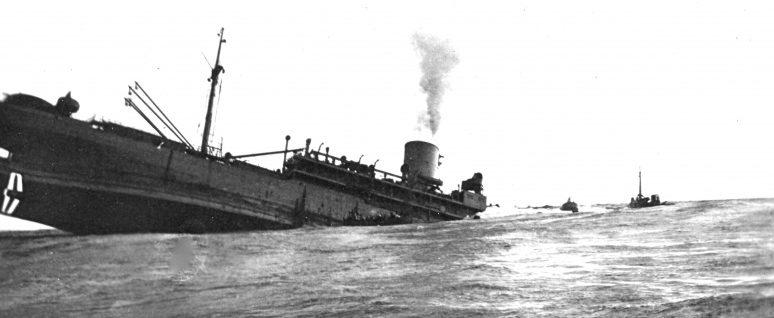 Торпедированный французский транспорт «Вайоминг» тонет в Атлантическом океане. 15 марта 1943 г.