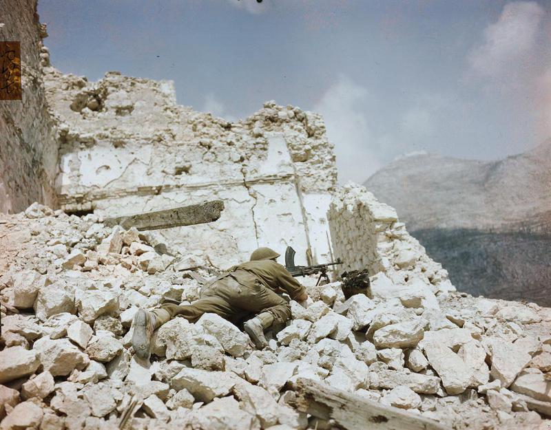 Британский солдат на руинах Монте-Кассино. Март 1944 г.