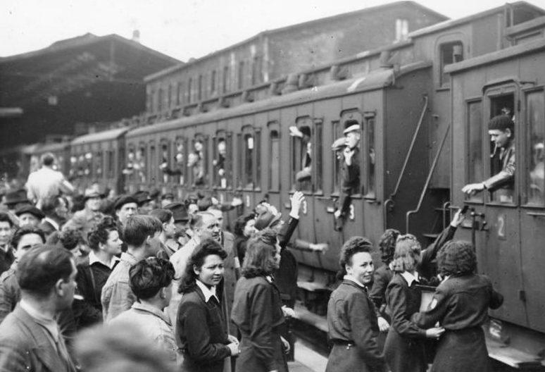 Отъезд французских рабочих в Германию. Париж 3 июня 1943 г.