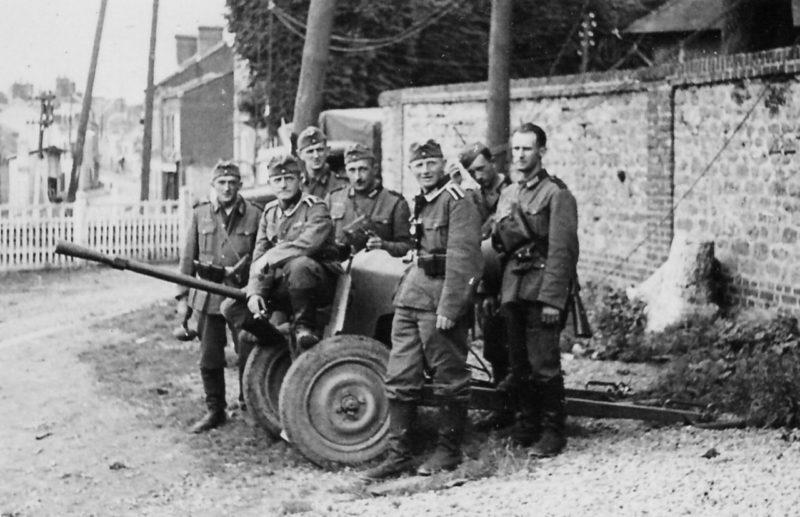 Немецкие солдаты у трофейного орудия. Июнь 1940 г.
