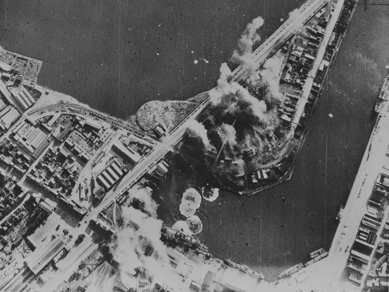 Аэрофотосъемка бомбежки гавани французского города Сен-Мало. 31 июля 1943 г.