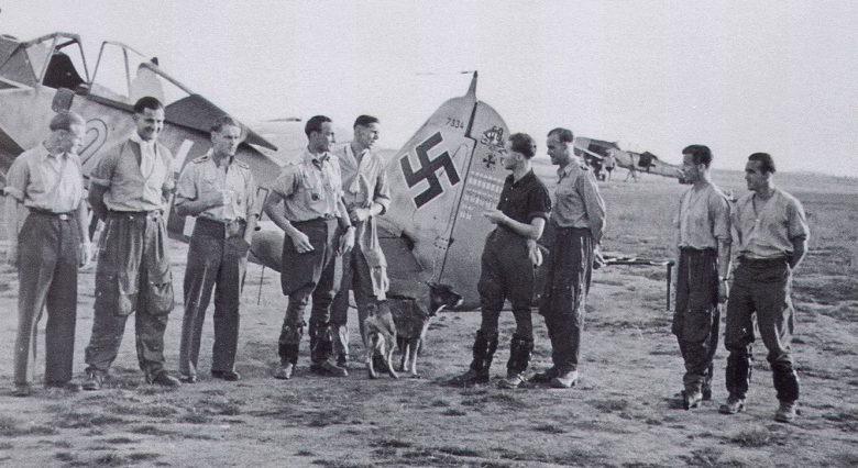Летчики немецкой истребительной эскадры JG2 на французском аэродроме Ванн. Июль 1943 г.