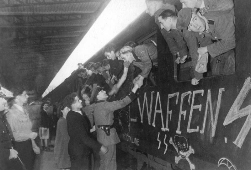 Проводы французских добровольцев войск СС на вокзале Парижа. Сентябрь 1943 г.