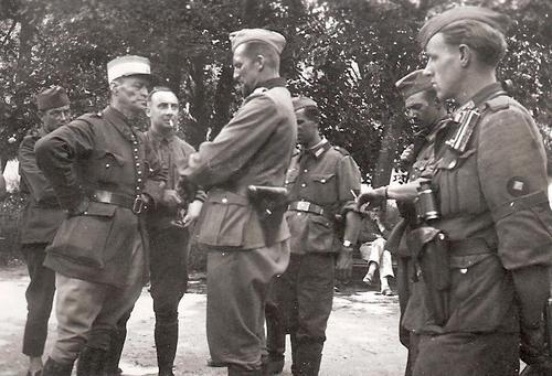 Французские и немецкие офицеры ведут переговоры. Июнь 1940 г.