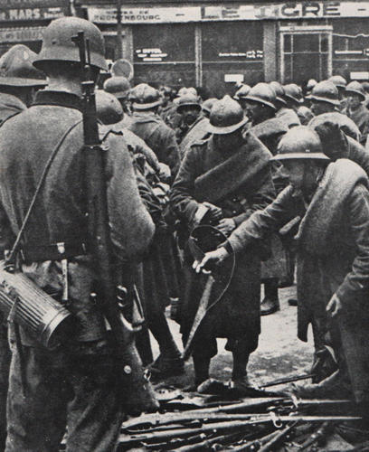 Французские солдаты из гарнизона Вердена сложили оружие перед немцами. Июнь 1940 г.