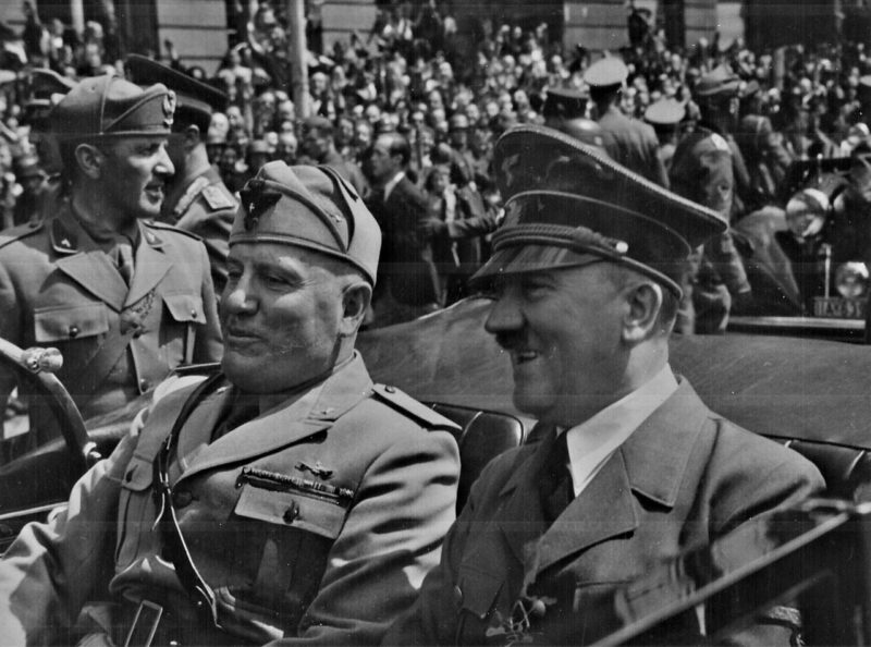 Бенито Муссолини и Адольф Гитлер. Мюнхен, июнь 1944 г.
