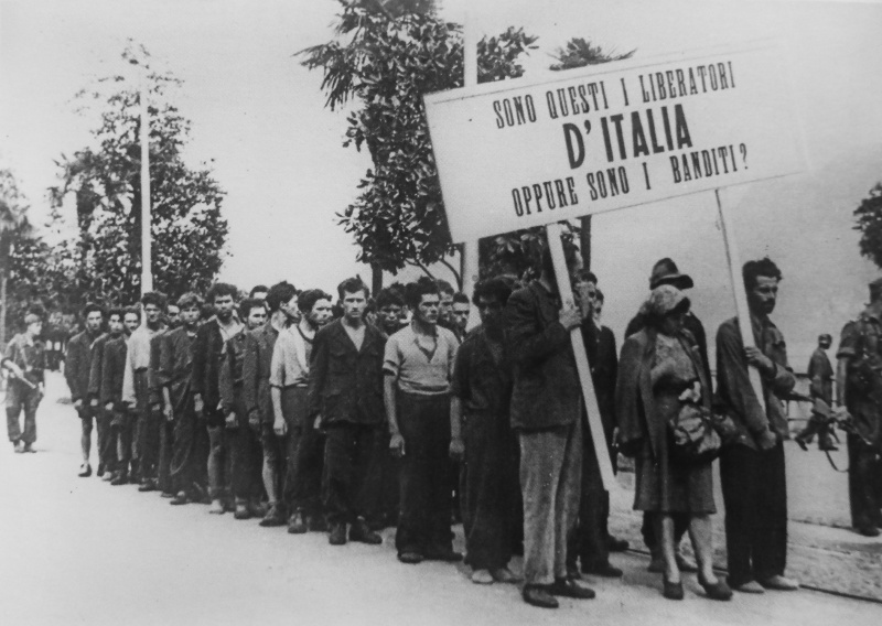Арестованные итальянцы, подозреваемые в принадлежности к партизанам в городе Вербания. Июнь 1944 г.