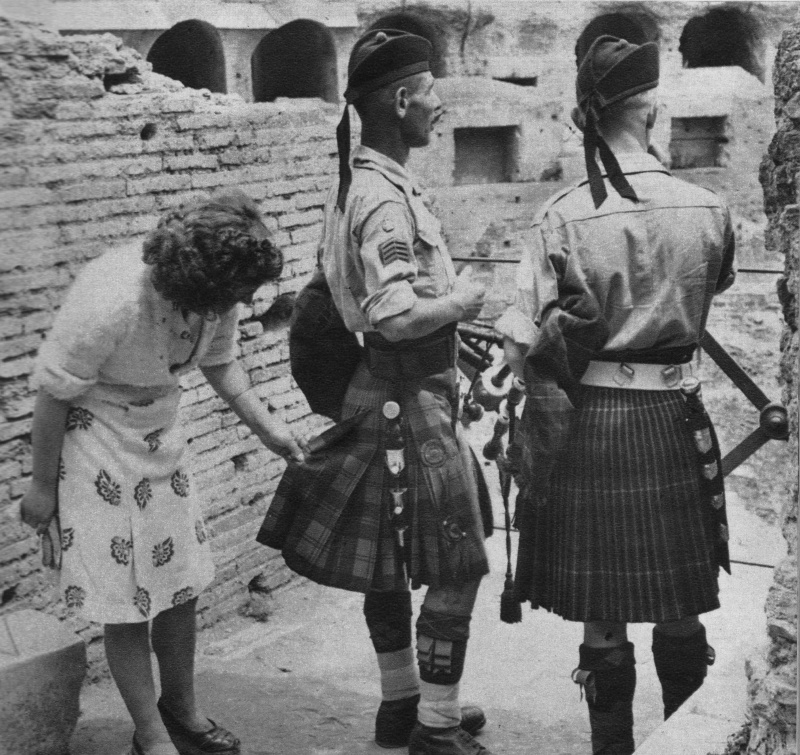 Итальянская женщина осматривает килты британских военнослужащих. Июнь 1944 г.