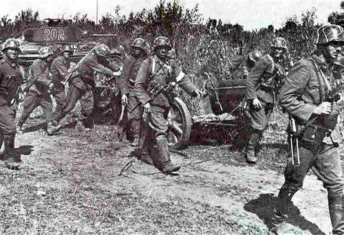 Венгерские войска с 50-мм противотанковой пушкой ПАК-38. Лето 1942 г.