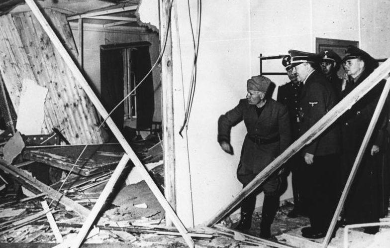 Гитлер показывает Муссолини место покушения на него в Вольфсшанце. 20 июля 1944 г.