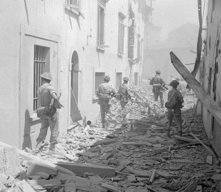 Британская пехота занимает город Импрунеты. 3 августа 1944 г.