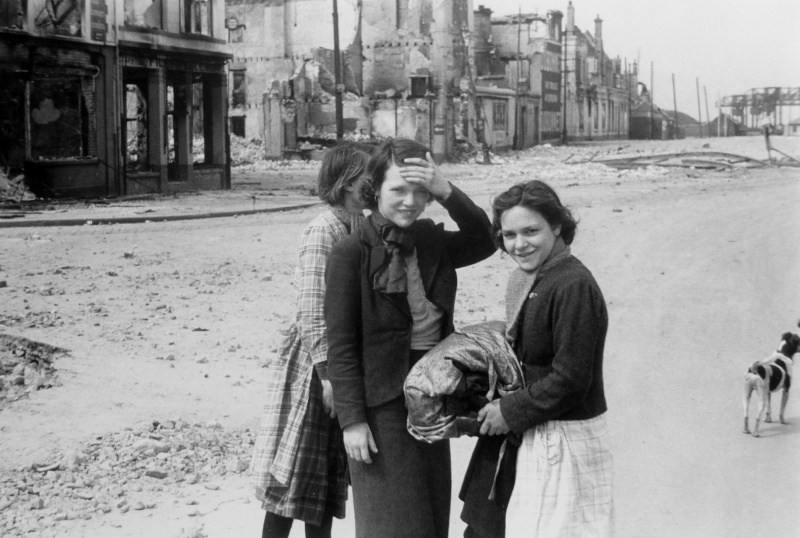 Французские девушки на улице Кале. Май 1940 г.