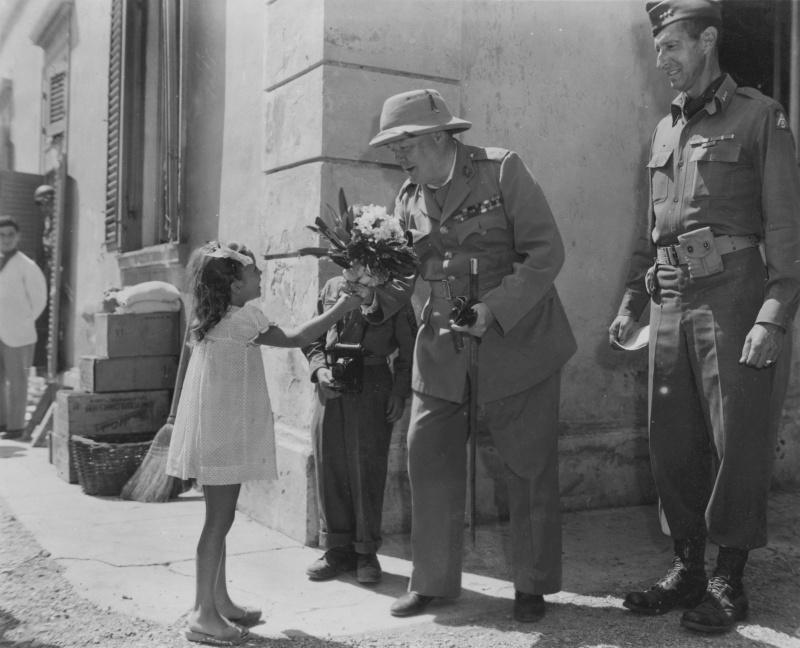 Марта Фишер, живущая в Италии, дарит цветы Уинстону Черчиллю в итальянском городе Кастильончелло. Август 1944 г.