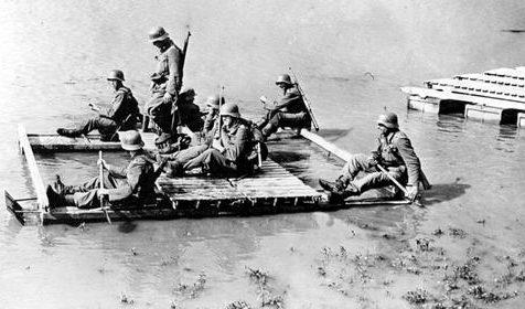 Венгерские солдаты с плотом на Восточном фронте. Лето 1942 г.