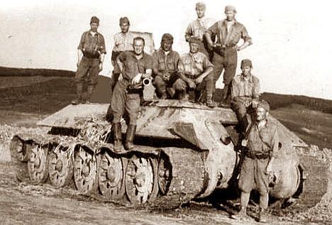 Венгерские солдаты у захваченного советского танка. Лето 1942 г.