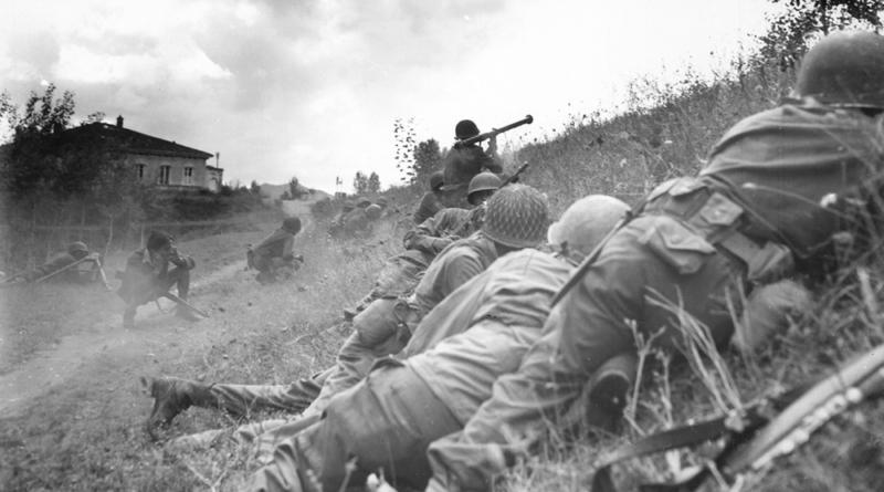 Американские солдаты атакуют немецкое пулеметное гнездо около Альтопачио. Сентябрь 1944 г.