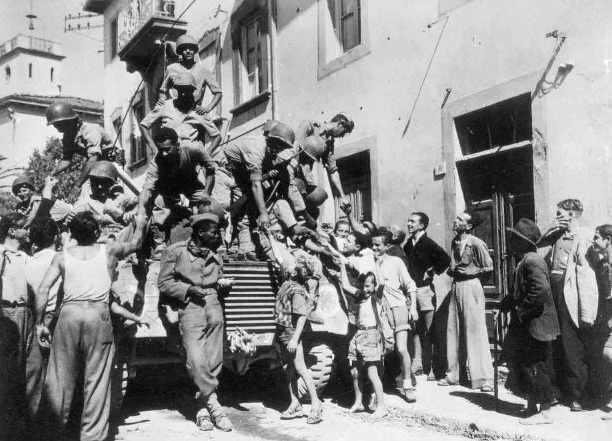 Бразильские войска прибывают в город Массароза. Сентябрь 1944 г.