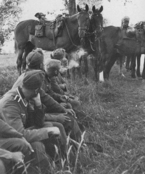 Немецкие кавалеристы на привале. Июнь 1940 г.
