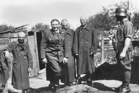 Наказание провинившихся солдат путем стрижки «наголо». 1942 г.