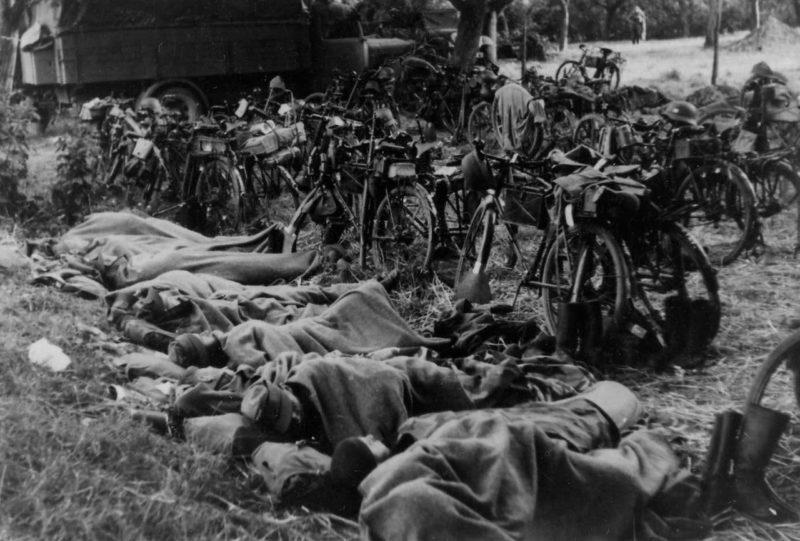 Немецкие велосипедисты на ночлеге. Июнь 1940 г.