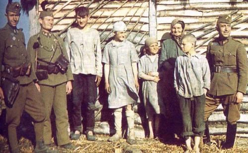 Венгерские солдаты с местными жителями в Украине. 1942 г.