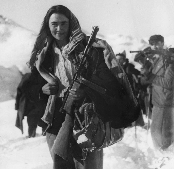Женщина-партизан итальянского движения сопротивления в горах северной Италии. Декабрь 1944 г.