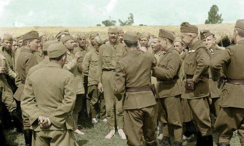 Венгерские офицеры с советскими военнопленными на Дону. Лето 1942 г.