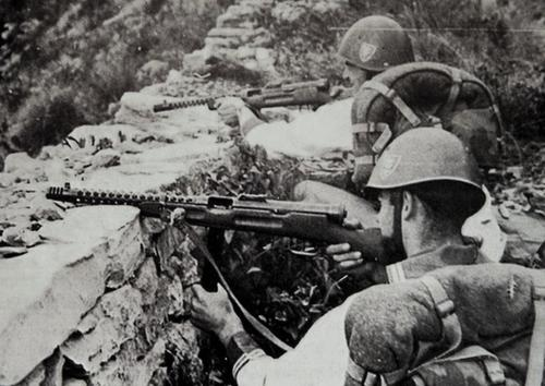 Тренировка итальянских солдат с автоматом 38 Beretta. 1944 г.