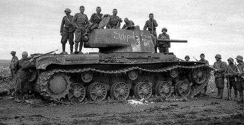 Венгерские солдаты у танка КВ-1 у реки Дон. Лето 1942 г.