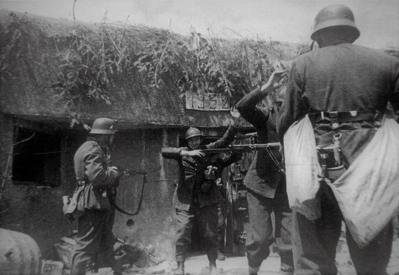 Французские солдаты сдаются в плен у ДОТа линии Мажино. Июнь 1940 г.