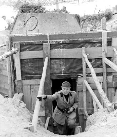 Бенито Муссолини осматривает укрепления. 1944 г.