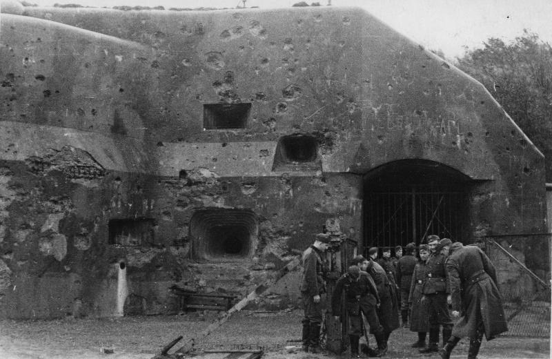 Немецкие солдаты у захваченного бункера на линии Мажино. Июнь 1940 г.
