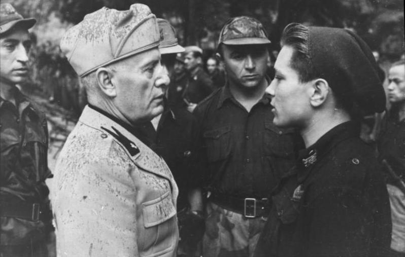 Бенито Муссолини и солдаты Гвардии Дуче. 1944 г.