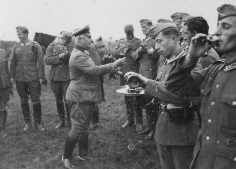 Солдаты Вермахта «обмывают» награды, полученные за кампанию во Франции. Июнь 1940 г.