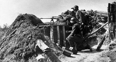 Расчет 20-мм противотанкового орудия у реки Дон. Сентябрь 1942 г.