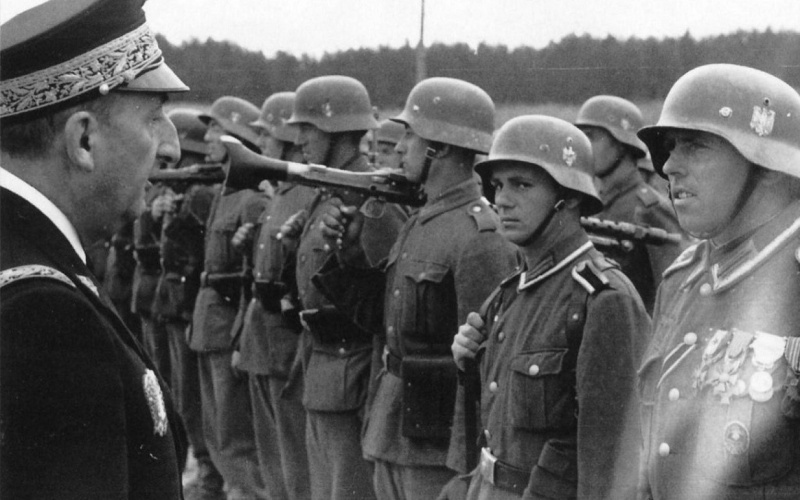 Генеральный уполномоченный правительства Виши Фернан де Бринон во время инспекции французского добровольческого легиона на Восточном фронте. 1943 г.