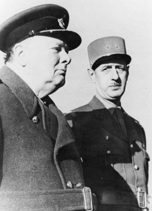 Премьер-министр Великобритании Уинстон Черчилль с руководителем «Свободной Франции» бригадным генералом Шарлем де Голлем на смотре французских частей в Марракеше. 13 января 1944 г.