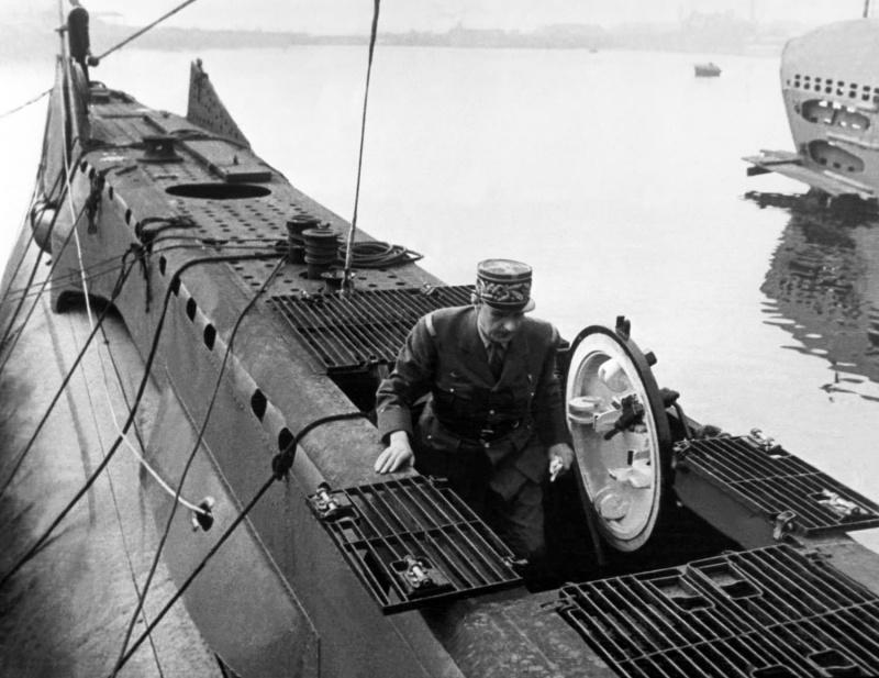 Генерал Шарль де Голль на борту подлодки «Curie», принадлежащей ВМФ Свободной Франции. 1943 г.