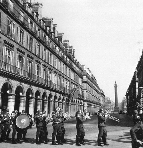 Немецкий военный оркестр проходит по улице оккупированного Парижа. Июнь 1940 г.