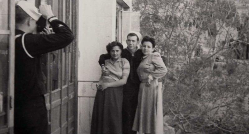 Два американских моряка фотографируются с неаполитанскими «синьоринами» (проститутки). 1945 г.