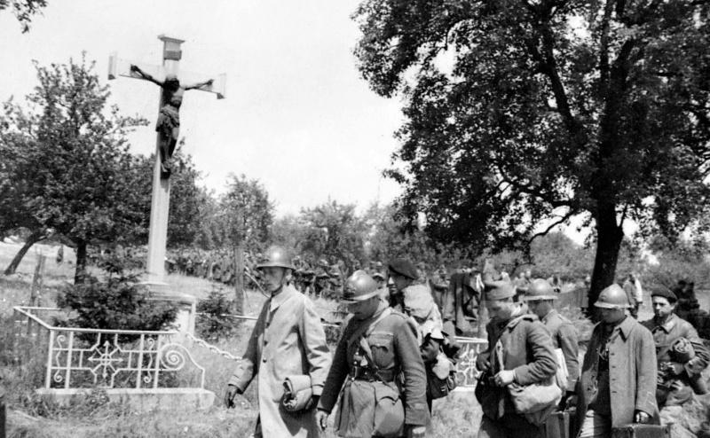 Французские солдаты направляются в лагерь для военнопленных. Июнь 1940 г.